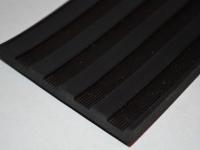 Szélesbordas fekete gumilemez